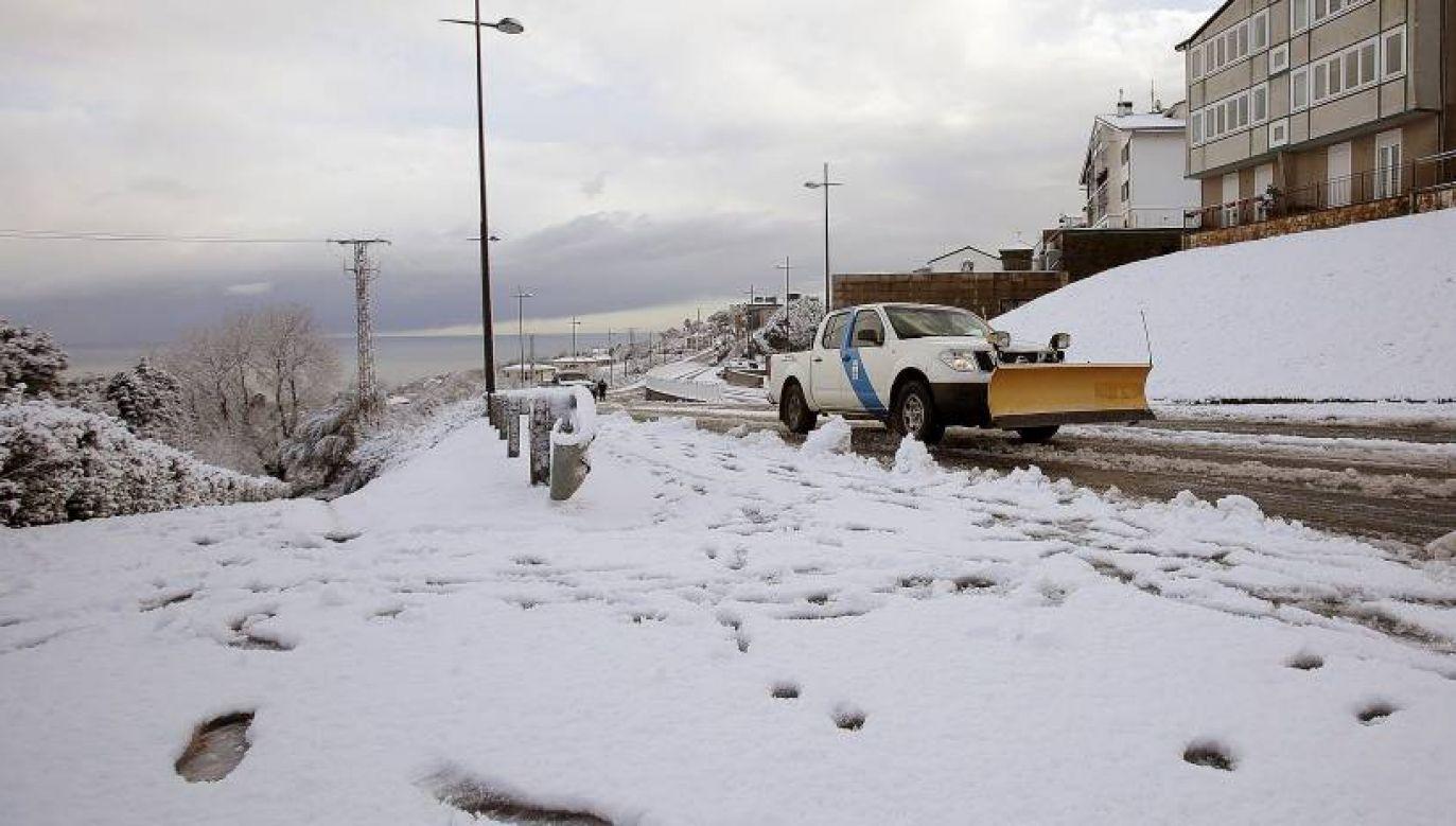 Nawałnice oraz intensywne opady deszczu ze śniegiem doprowadziły w sobotę do zablokowania kilkudziesięciu dróg w różnych regionach Hiszpanii (fot. PAP/EPA)