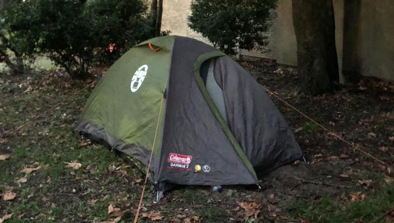 Lokalna policja zauważyła nielegalnie rozbity namiot w Wenecji (fot. Twitter/comunevenezia)