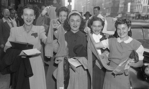 Nadchodzi nowe. W 1940 roku sprzedano 64 milionów par nylonowych pończoch. Na zdjęciu klientki sklepu na 6th avenue w Nowym Jorku. Fot.  Getty Images