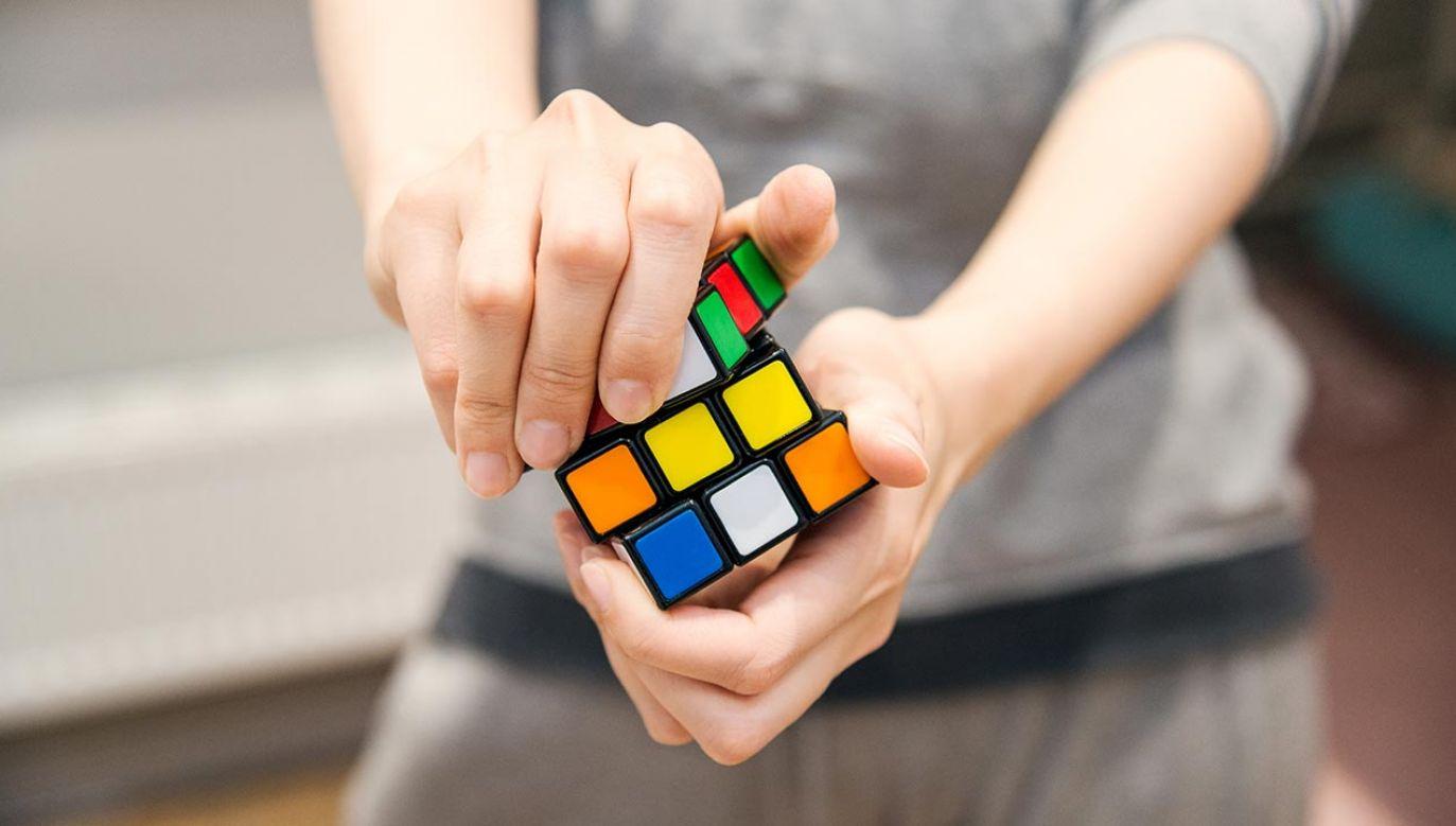 Kostka została wymyślona w 1974 roku przez węgierskiego architekta Ernő Rubika (fot. Shutterstock/Smyshliaeva Oksana)