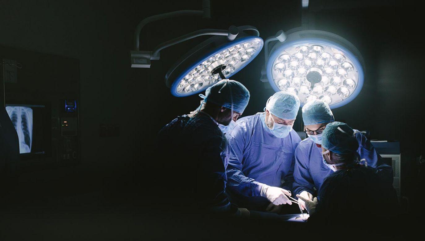 Liczba hospitalizowanych pacjentów z COVID-19 wzrosła o 377 i wynosi 25 195 (fot. Shutterstock/Jacob Lund)
