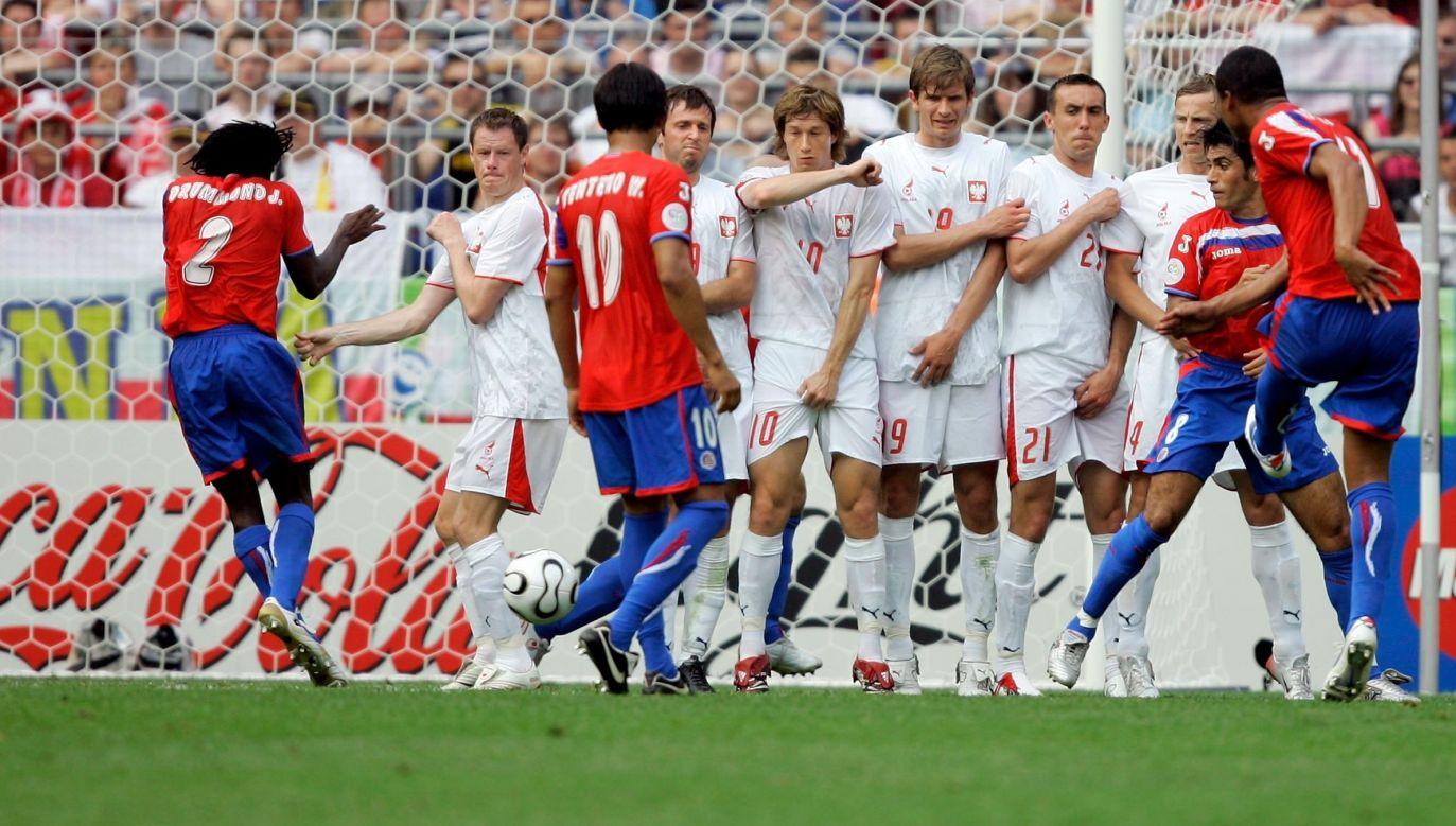 Piłkarze podczas meczu FIFA World Cup Niemcy 2006 pomiędzy Kostaryką a Polską na stadionie w Hanowerze, w trakcie wykonywania rzutu wolnego przez Ronalda Gomeza z Kostaryki. Fot. Friedemann Vogel / Bongarts / Getty Images