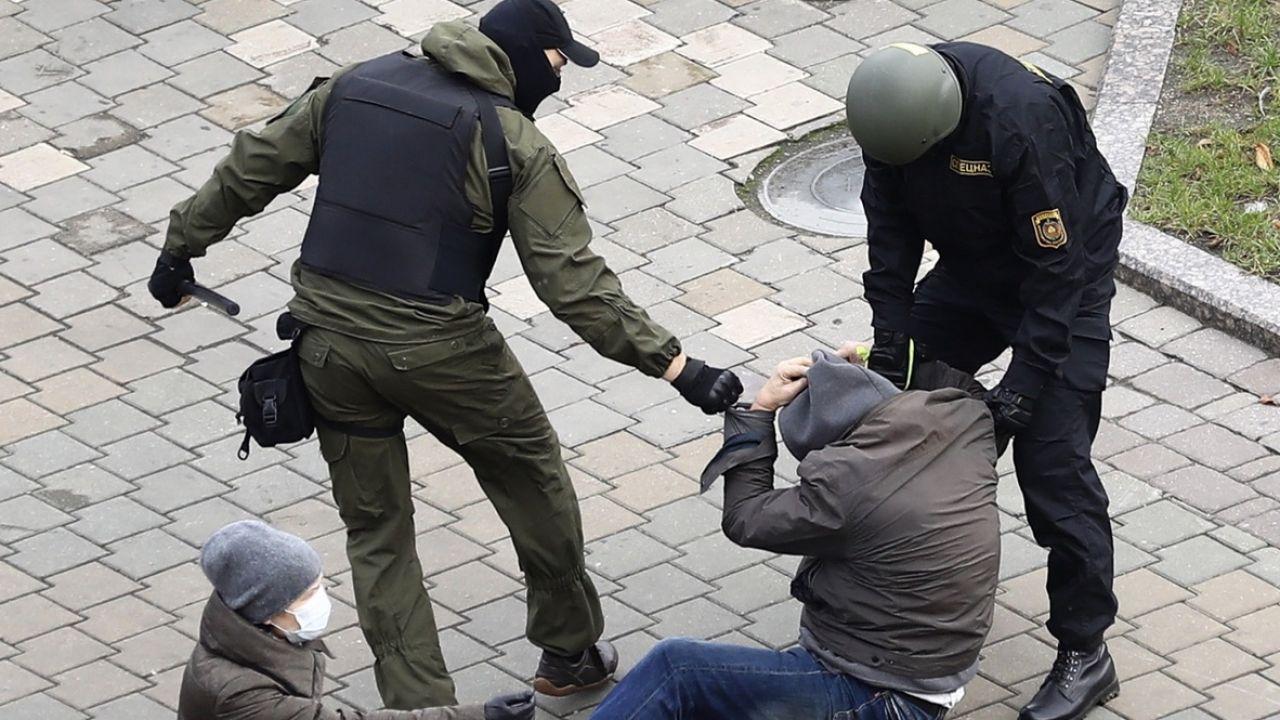 Według Biełsatu bojówkarze to funkcjonariusze organów ścigania (fot. PAP/EPA/STRINGER, zdjęcie ilustracyjne)