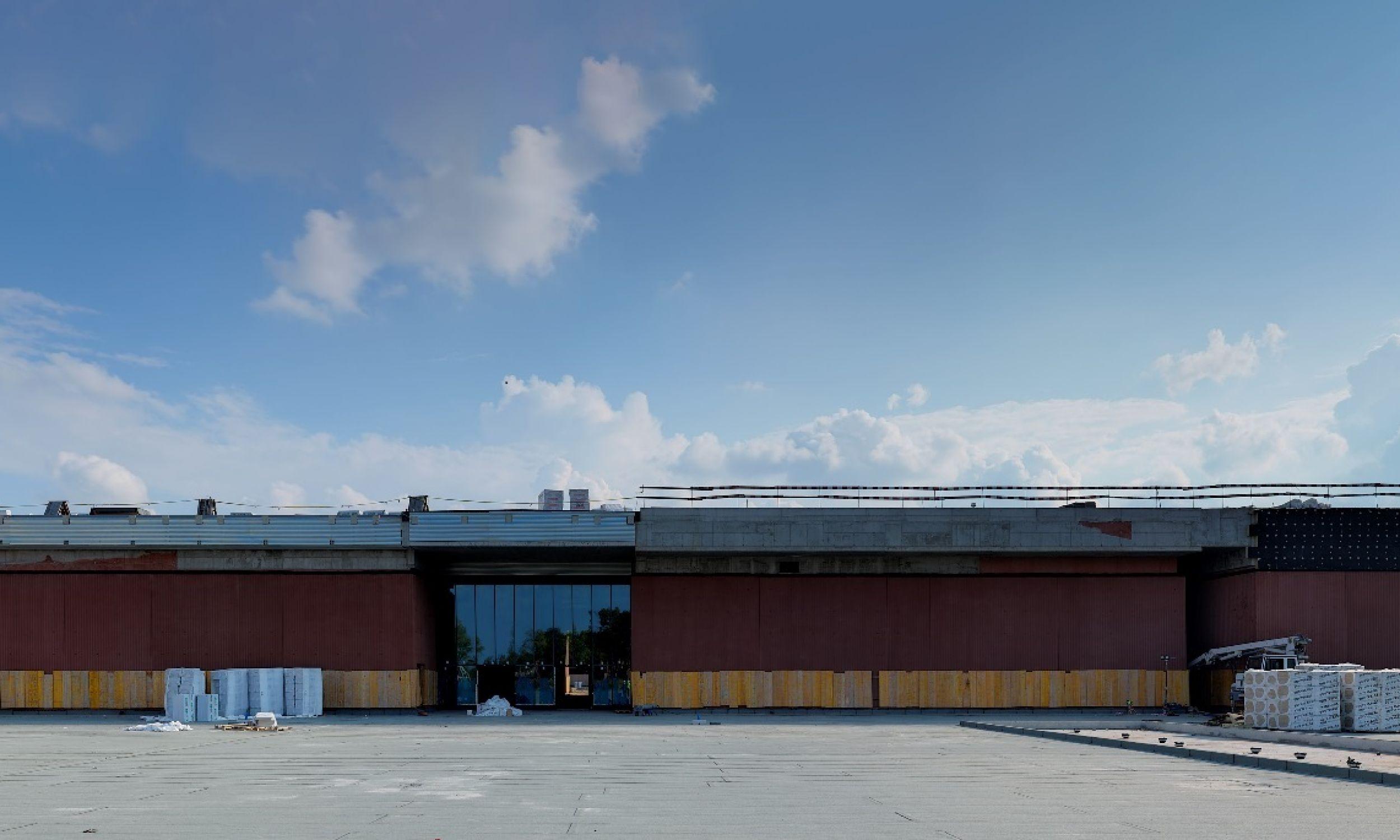 Fasada budowanego na warszawskiej Cytadeli południowego pawilonu  nowej siedziby Muzeum Wojska Polskiego, stan na wrzesień 2020. Fot.  Łukasz Gałecki
