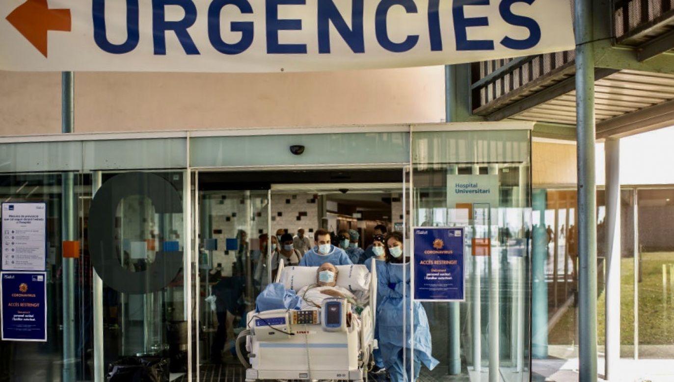 Lekarze wskazują, że wirus ten ma zdolność do bezpośredniego zakażenia płuc i wywołania zapalenia płuc (fot. David Ramos/Getty Images)