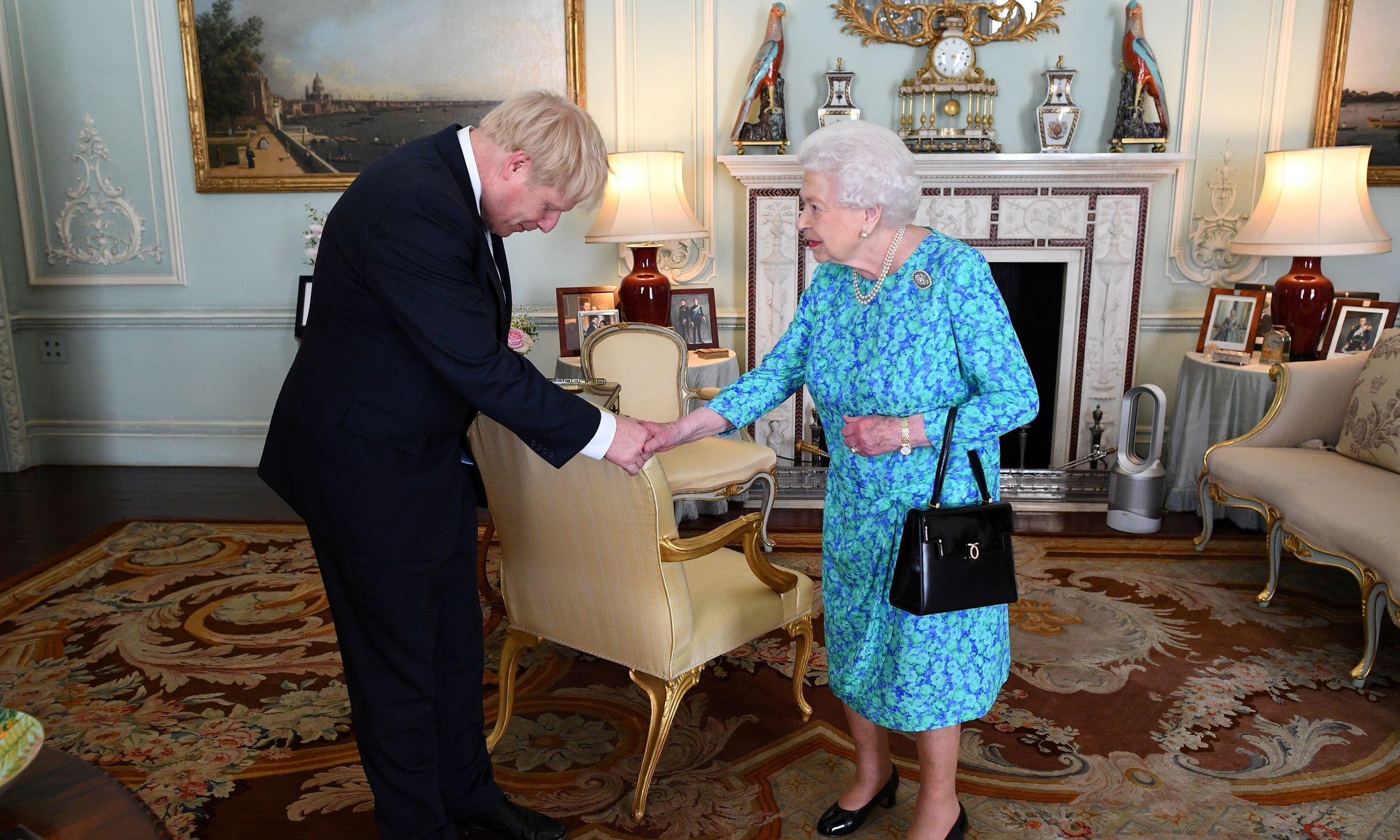 Najwięcej obowiązków ma królowa, w związku z czym jej wynagrodzenie wyniesie w tym roku 82 mln funtów. Na zdjęciu: premier Boris Johnson na audiencji u monarchini. Fot. Victoria Jones/via REUTERS