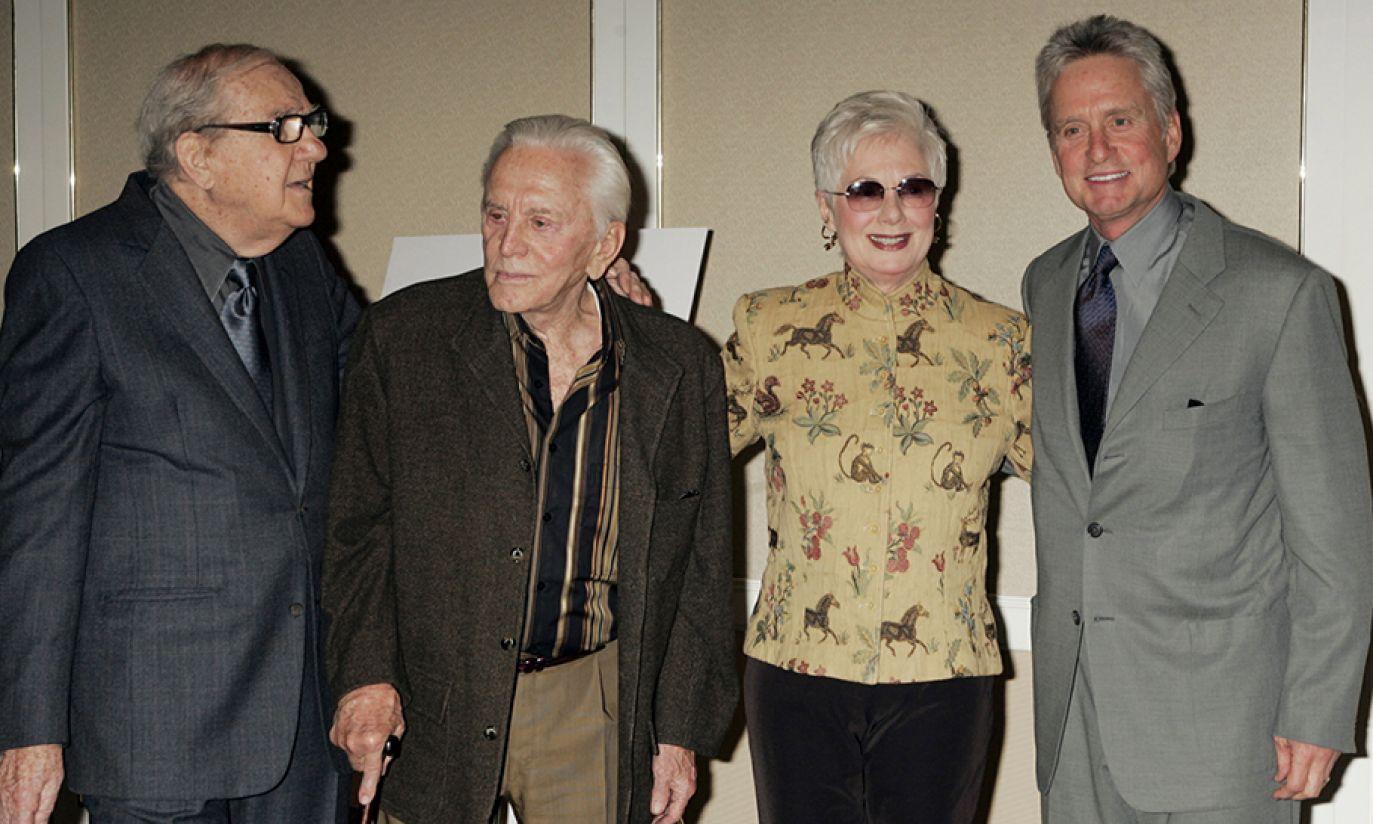 Karl Malden, Kirk Douglas, Shirley Jones i Michael Douglas w 2004 roku (fot. Reuters Pictures/Fred Prouser)