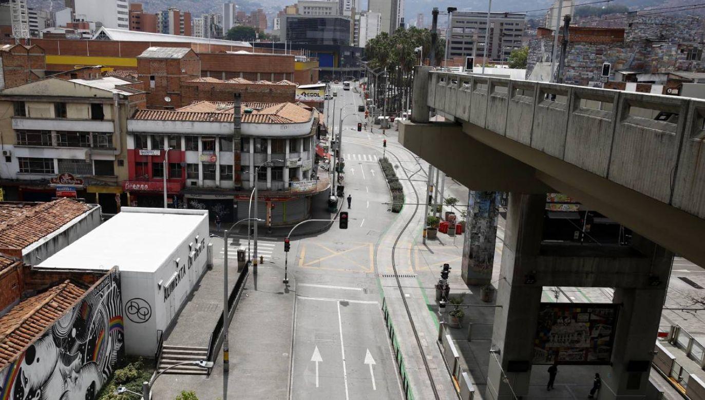 Widok ulicy w Medellin podczas ograniczeń spowodowanych kryzysem COVID-19 (fot. PAP/EPA/LUIS EDUARDO NORIEGA)