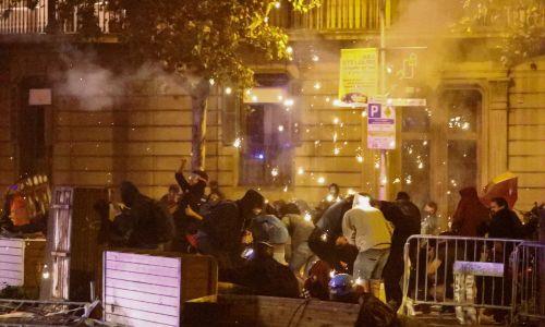 Protestujący dysponują środkami wybuchowymi i specjalnymi procami, z których strzelają do policjantów. Fot. REUTERS/Jon Nazca