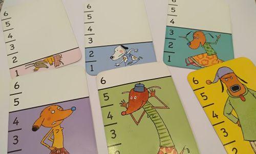 Karty dla maluchów do rozwijania umiejętności matematycznych. Każda ma swój kolor i przyporządkowane jej inne zwierzątko, tym większe, im wyższa wartość tej liczby.  Fot. Magdalena Kawalec-Segond