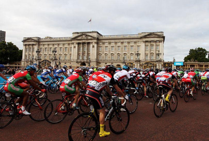 Kolarze startowali i finiszowali tuż obok Buckingham Palace (fot. Getty Images)