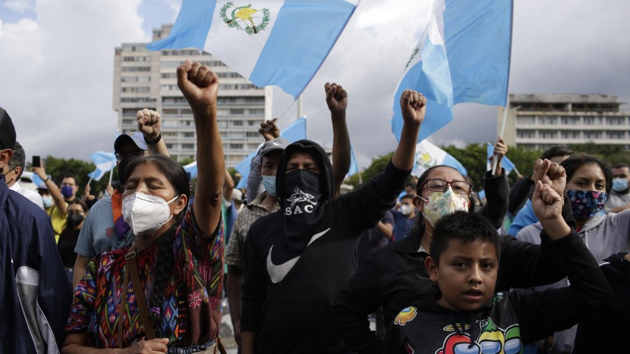 Tysiące ludzi w mieście Gwatemala wyszło w czwartek na ulice, żądając dymisji prezydenta (fot. Josue Decavele/Getty Images)