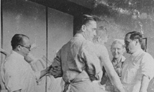 Carl Clauberg (z lewej) i Horst Schumann (od tyłu) sfotografowani w 1942 r. podczas eksperymentów w Auschwitz. Fot. Wikimedia Commons/Pierwotnym przesyłającym był Gierre w Italian Wikipedia – przetransportowane z it.wikipedia do Commons, Domeny publicznej