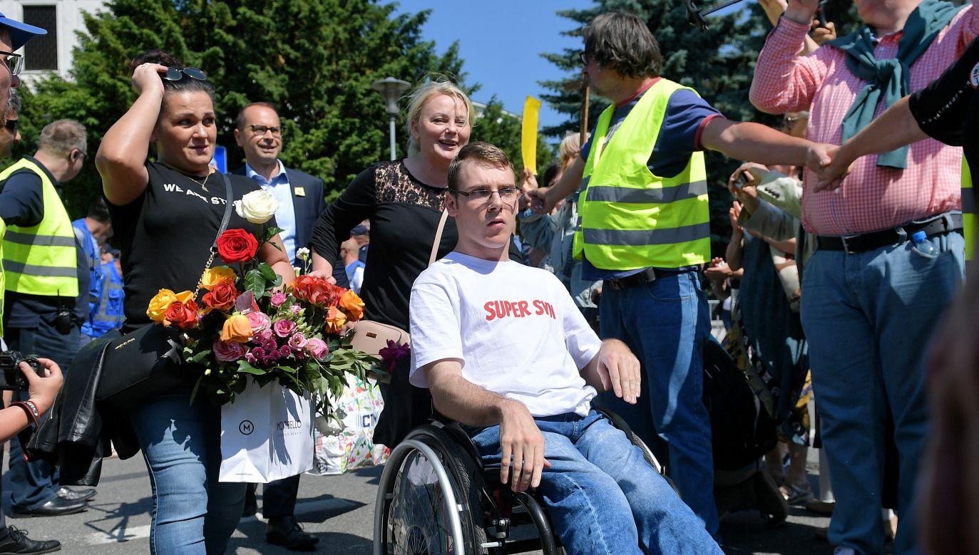 Iwona Hartwich z synem Jakubem opuszczają Sejm 27.05.2018 po 40 dniach protesu (fot. arch. PAP/Marcin Obara)