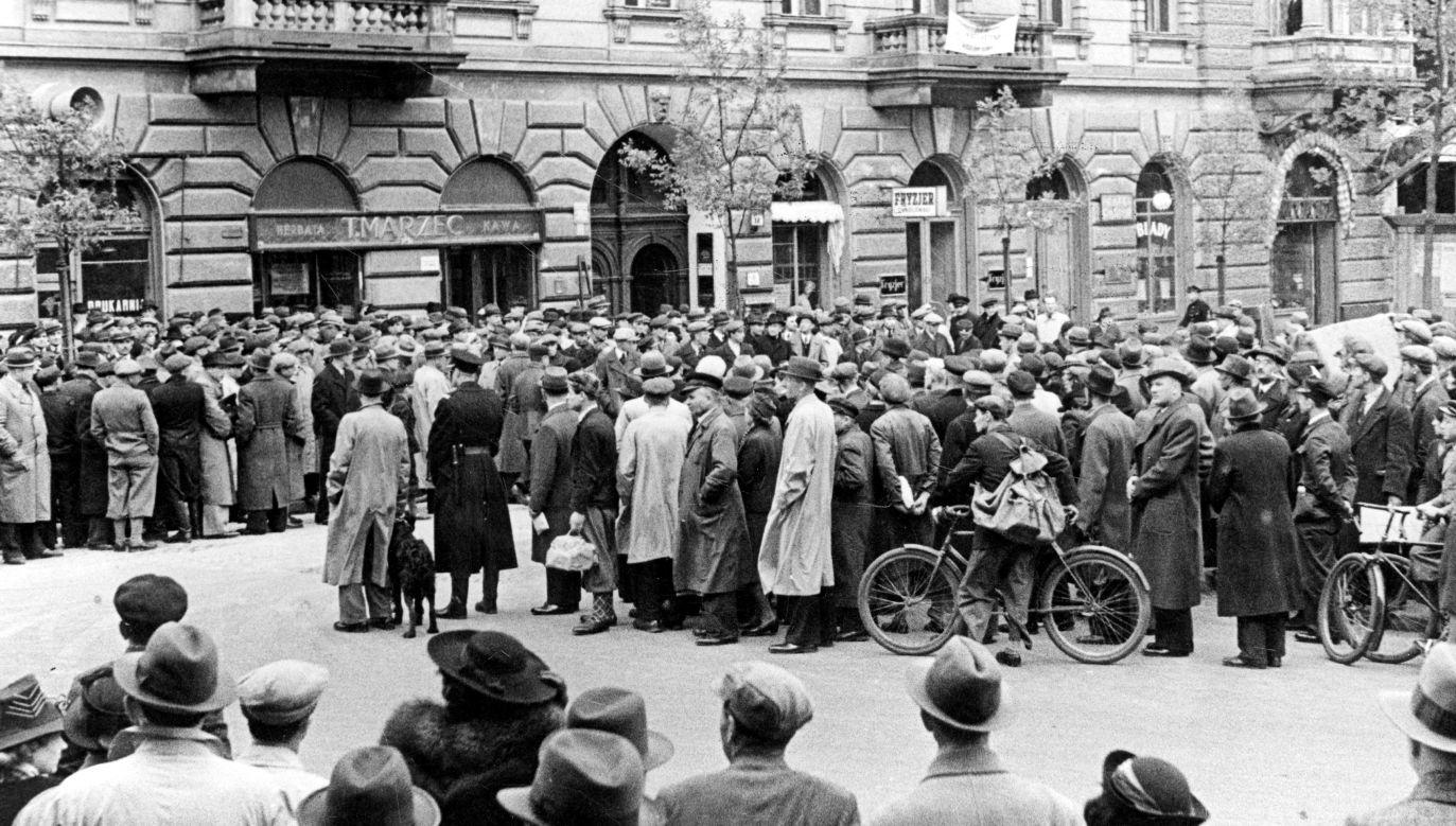 Mieszkańcy Warszawy słuchają transmitowanego przez głośniki radiowe przemówienia ministra spraw zagranicznych Józefa Becka w Sejmie – było to expose na zerwanie przez Niemcy paktu o nieagresji z Polską, maj 1939 r. Fot. NAC/IKC, sygn. 1-A-933-26