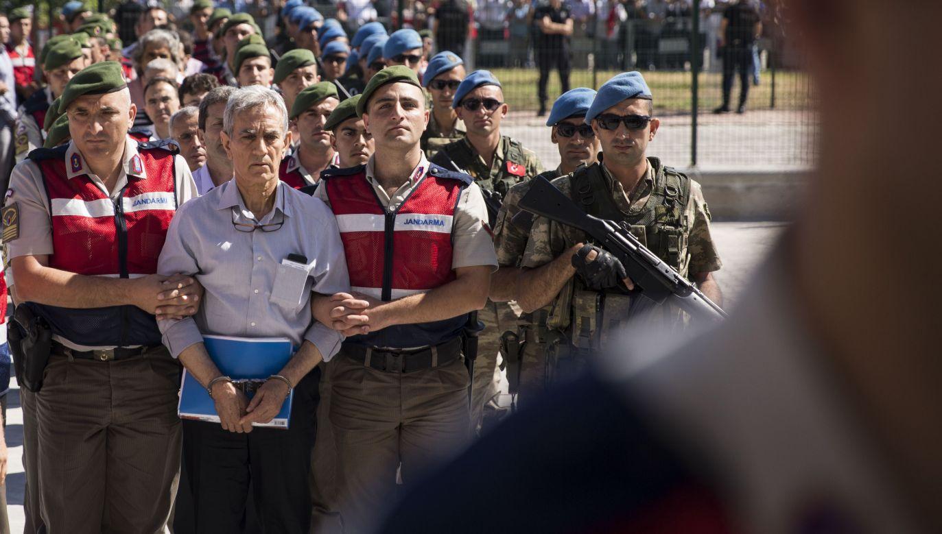 Aresztowanych zostało prawie 80 tysięcy osób podejrzanych o związki z ruchem Fethullaha Gulena – muzułmańskiego duchownego, którego tureckie władze oskarżają o zorganizowanie puczu (fot. Mustafa Kamac/Anadolu Agency/Getty Images)