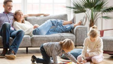 Rodzice będą mogli korzystać z dodatkowego zasiłku opiekuńczego do 25 kwietnia (fot. Shutterstock)