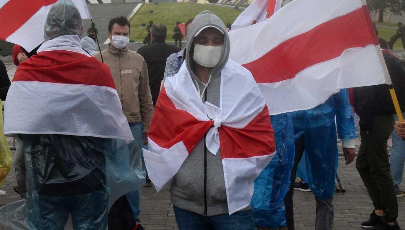 Białorusini protestują po, ich zdaniem, sfałszowanych wyborach (fot. PAP/EPA/STR)