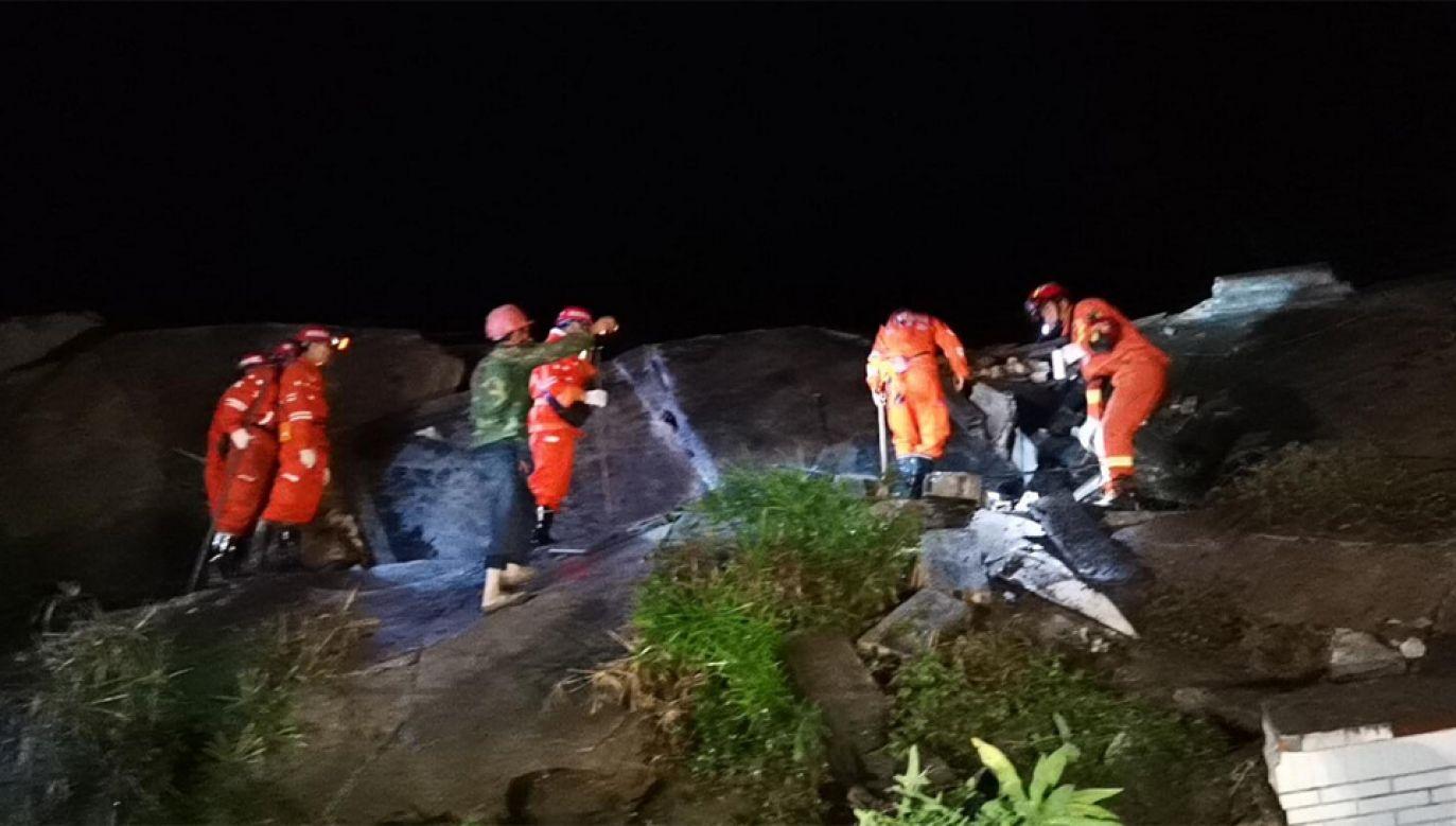 Ratownicy przeszukują zawalone budynki (fot. TT/China Xinhua News)