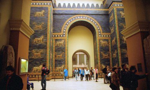 Bramę Isztar w Babilonie wzniesiono za króla Nabuchodonozora II i poświęcono bogini Isztar. Była to północna brama miasta, otwierająca tzw. drogę procesyjną aż do E-sagili – świątyni boga Marduka. Jej charakterystyczną cechą była ogromna paleta barw, jakimi ją udekorowano, w tym oblicowanie glazurowaną, niebieską cegłą. Zrekonstruowana, prawdziwa Brama Isztar znajduje się dziś również w Muzeum Pergamońskim w Berlinie, a w Iraku jej replika. Fot. Adriano Alecchi/Mondadori via Getty Images