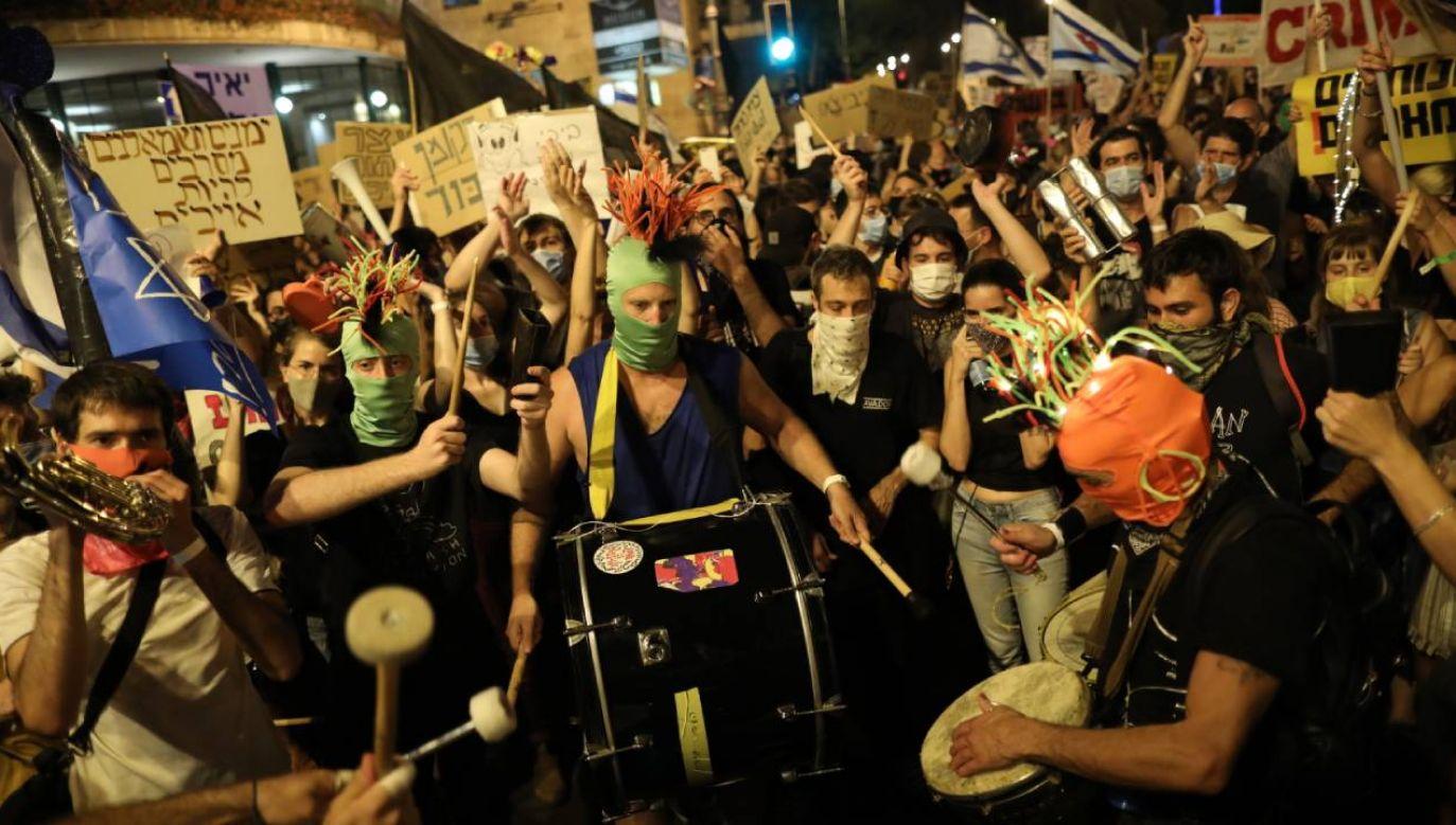 Zgromadzenie pod siedzibą Netanjahu było największe od długiego czasu (fot. PAP/EPA/ABIR SULTAN)