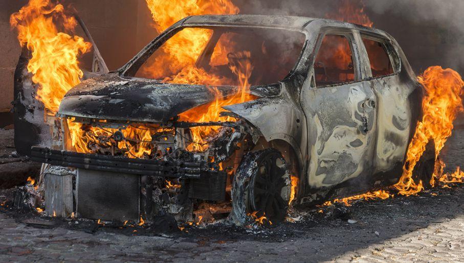 Podpalenia samochodów miały zmusić opornych do współpracy(fot. Shutterstock/Leon Rafael, zdjęcie ilustracyjne)