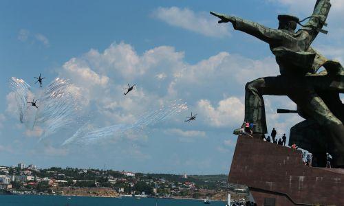 Akrobacje śmigłowców Mi-28N zespołu Berkuty nad Sewastopolem. Fot. Vladimir Smirnov \ TASS via Getty Images