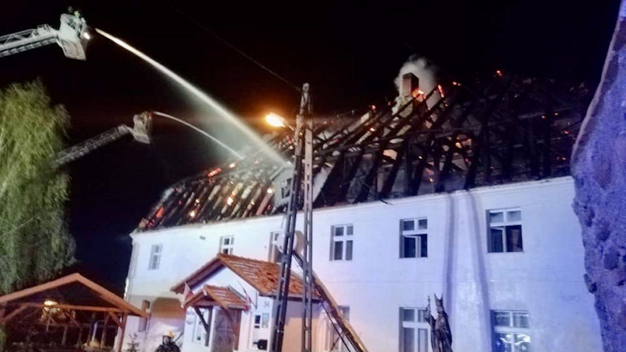Dach plebanii doszczętnie spłonął, zawalił się także komin budynku (fot. FB/OSP Gaworzyce)