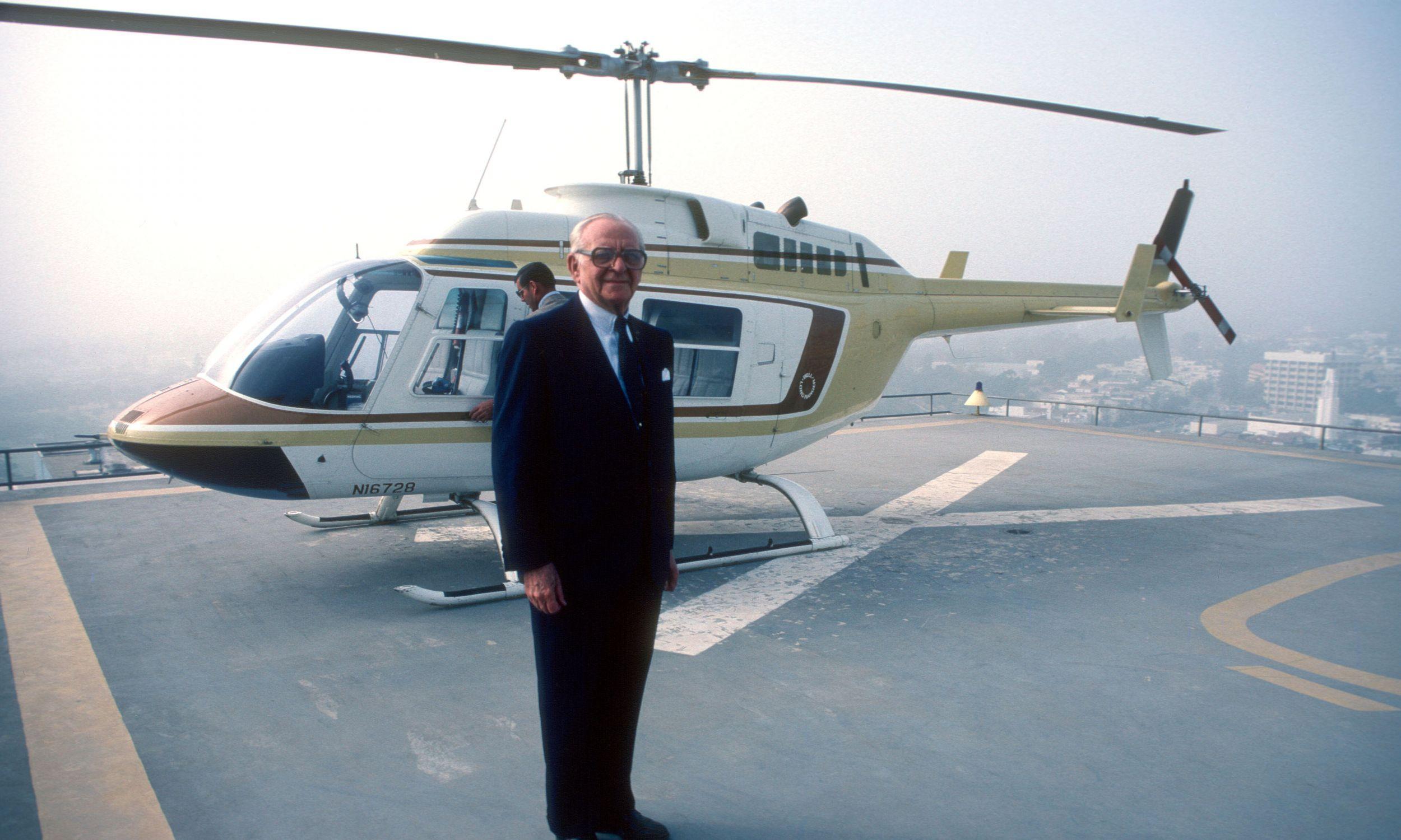 Armand Hammer na lądowisku na dachu siedziby jego firmy Occidental Petroleum w Los Angeles w czerwcu 1980. Fot. Paul Harris/Getty Images