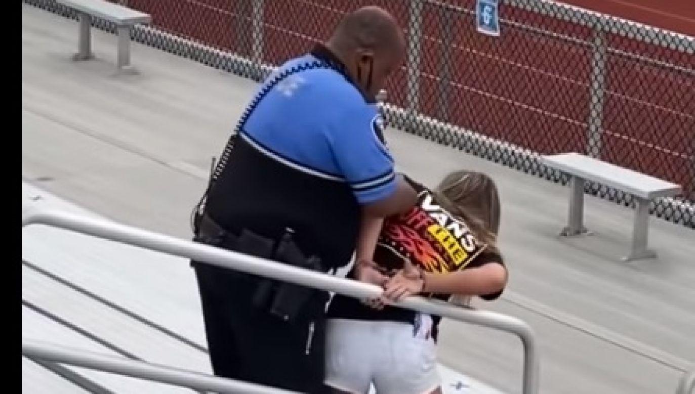 Kobieta zaczęła się wyrywać policjantowi, ponieważ nie chciała zostać skuta w kajdanki (fot.youtube.com)