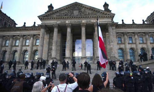 Demonstranci zgromadzili się przed  Reichstagiem w Berlinie. Fot. CLEMENS BILAN/EPA/PAP
