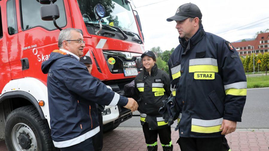 Minister Andrzej Adamczyk podczas spotkania w Skawie. Fot. PAP/Grzegorz Momot