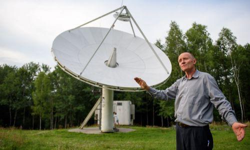 """Mimo ogromnej młodzieńczej chęci odbycia lotu w kosmos, nie żałuję, że nie wyszło. Delektuję się  tym, że mogę tego kosmosu """"dotykać"""" poprzez analizę danych z teleskopów kosmicznych – mówi doktor astronomii Bogdan Wszołek. Fot. PAP/Paweł Topolski"""