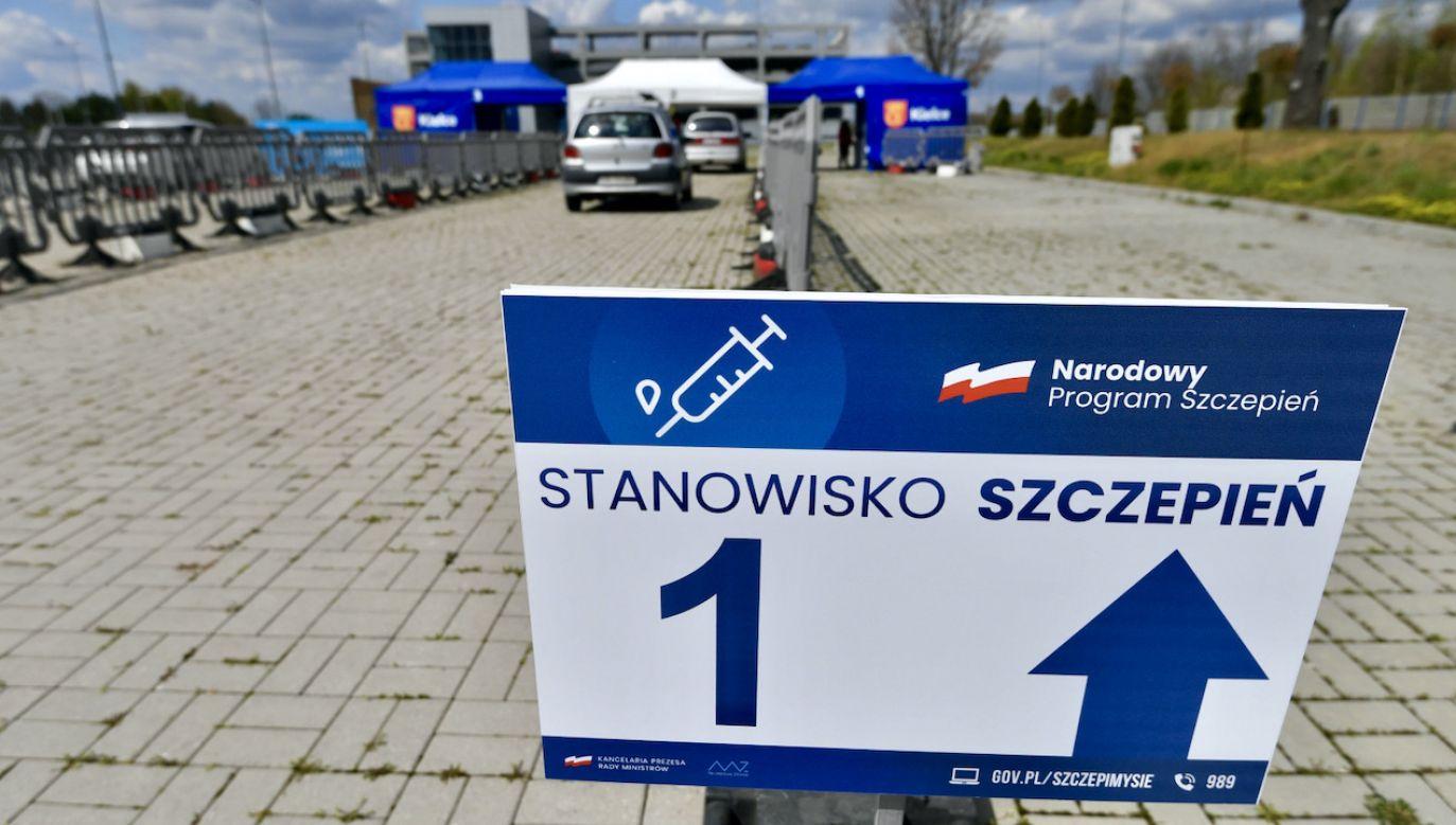 Punkt szczepień drive-thru przeciw Covid-19 na terenie Targów Kielce (fot. PAP/P.Polak)