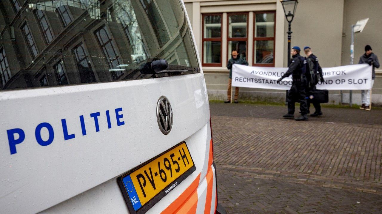Policja kontroluje demonstrujących przeciw restrykcjom epidemicznym w Hadze (fot. Niels Wenstedt/BSR Agency/Getty Images)