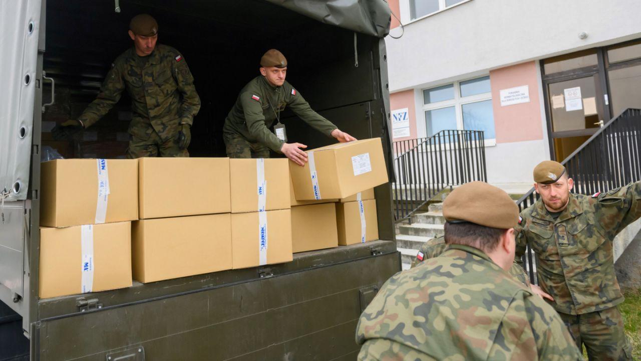W związku ze stanem epidemii koronawirusa Wojsko Polskie mocno zaangażowało się w pomoc m.in. szpitalom i służbom granicznym (fot. PAP/Jakub Kaczmarczyk)