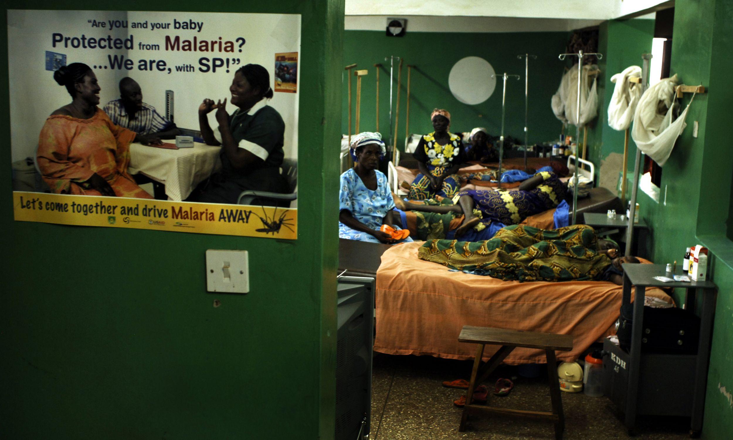 Kintampo w Ghanie, 18 września 2007 r. Plakat informujący o ochronie przed malarią, zawieszony przed szpitalem, w którym leczonych jest wiele zarażonych afrykańskich dzieci. Fot.: Shaul Schwarz/Getty Images