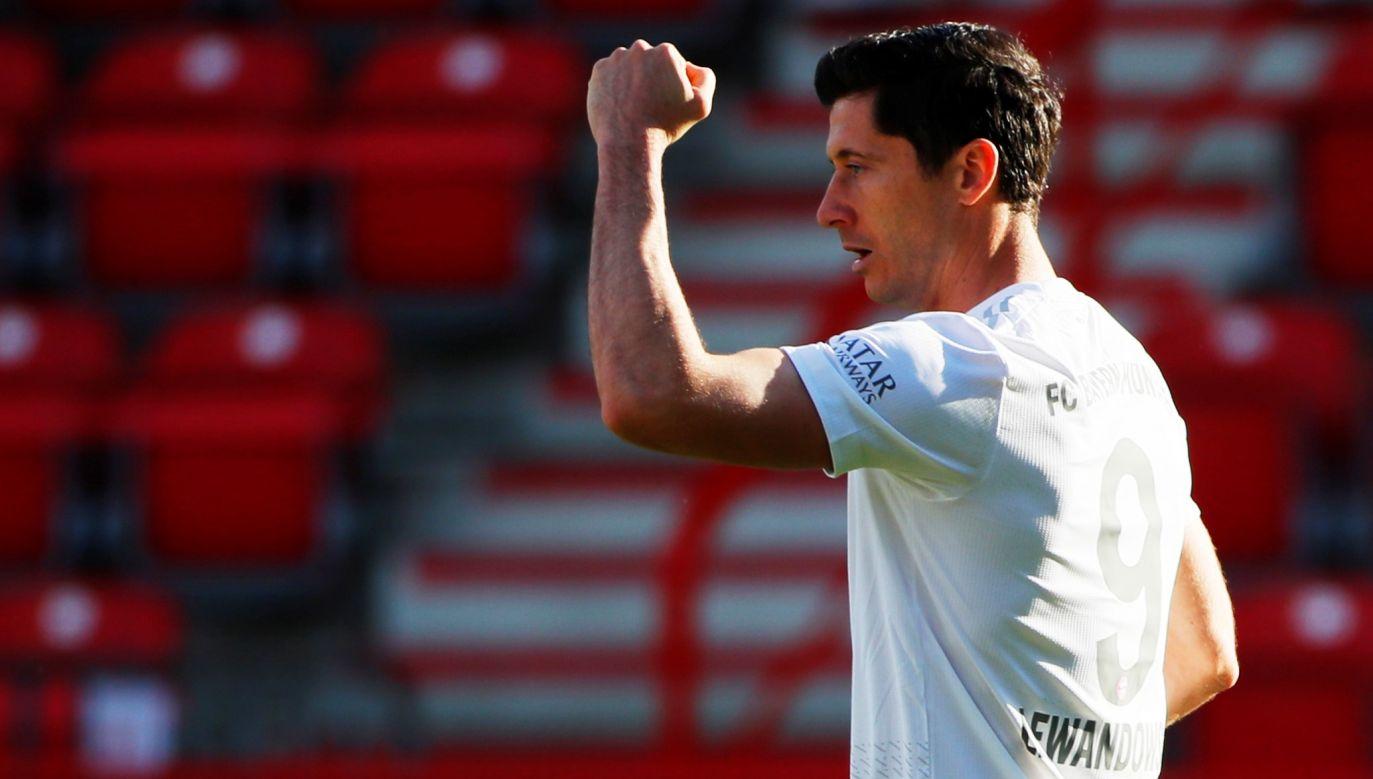 Robert Lewandowski cieszy się z pierwszego gola po wznowieniu rozgrywek Bundesligi (fot. H. Hanschke/Reuters)