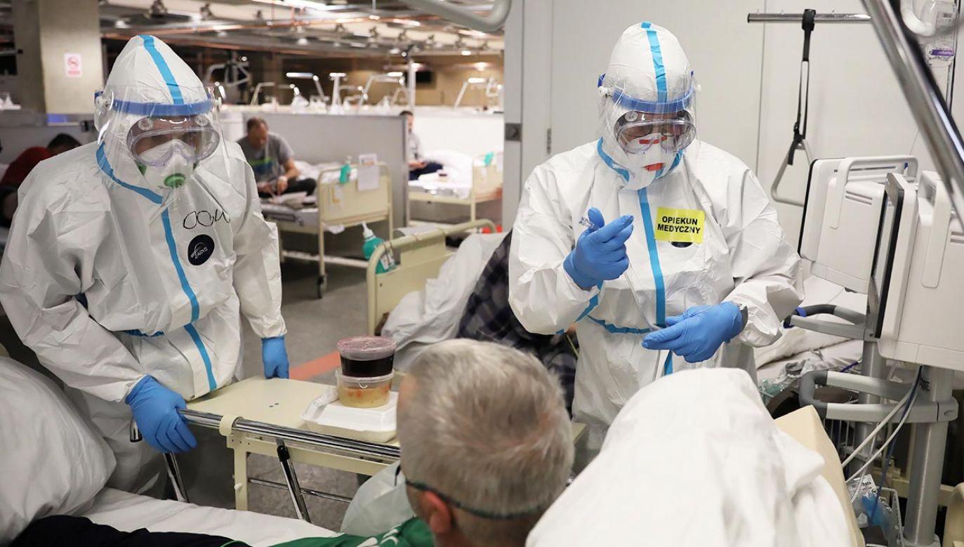 Chodzi o wynagrodzenie o 100 proc. większe dla personelu medycznego walczące z COVID-19 (fot. PAP/Leszek Szymański)