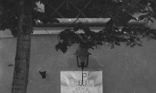 Tablica na ścianie kamienicy przy placu Zamkowym 15/19 upamiętnia pacjentów powstańczych szpitali oraz cztery towarzyszące im sanitariuszki, którzy zostali zabici przez Niemców po upadku Starego Miasta 2 września 1944 roku. Fot.  PAP/Chris Niedenthal