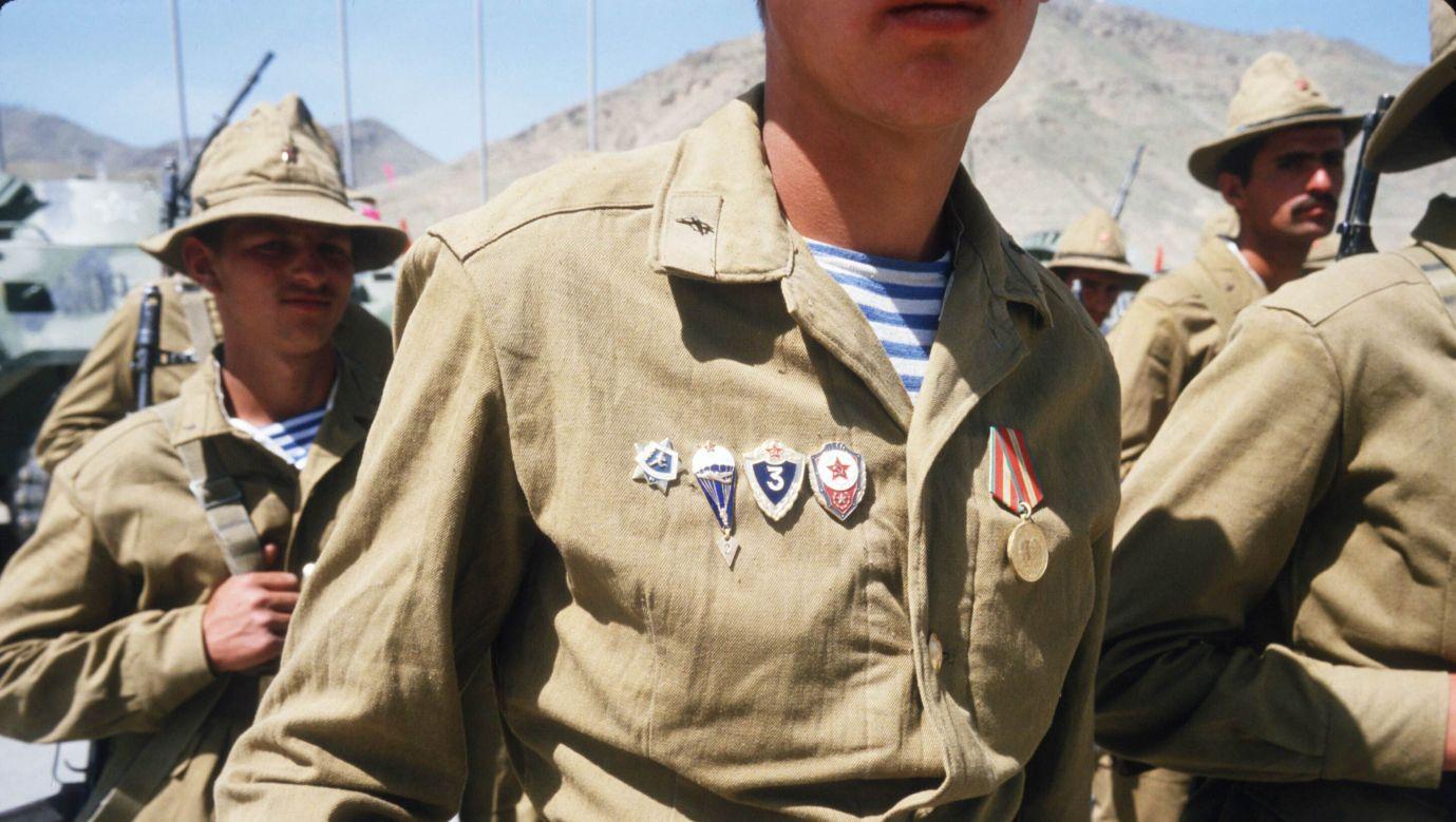 Rok 1988. Sowieccy żołnierze przygotowują się do opuszczenia Afganistanu. Fot. Robert Nickelsberg/Liaison/Getty Images