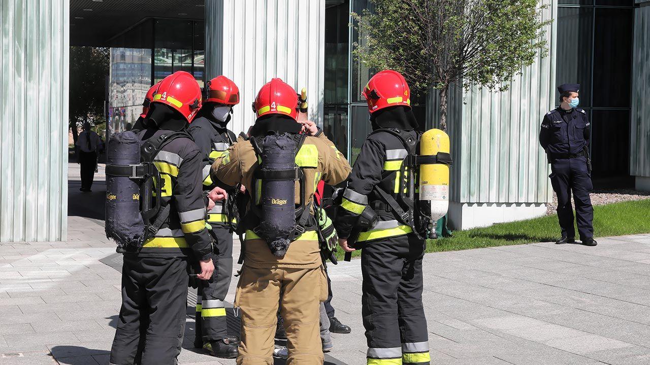 Ok. godz. 10.00 ewakuowano gmach Sądu Najwyższego (fot. PAP/Wojciech Olkuśnik)