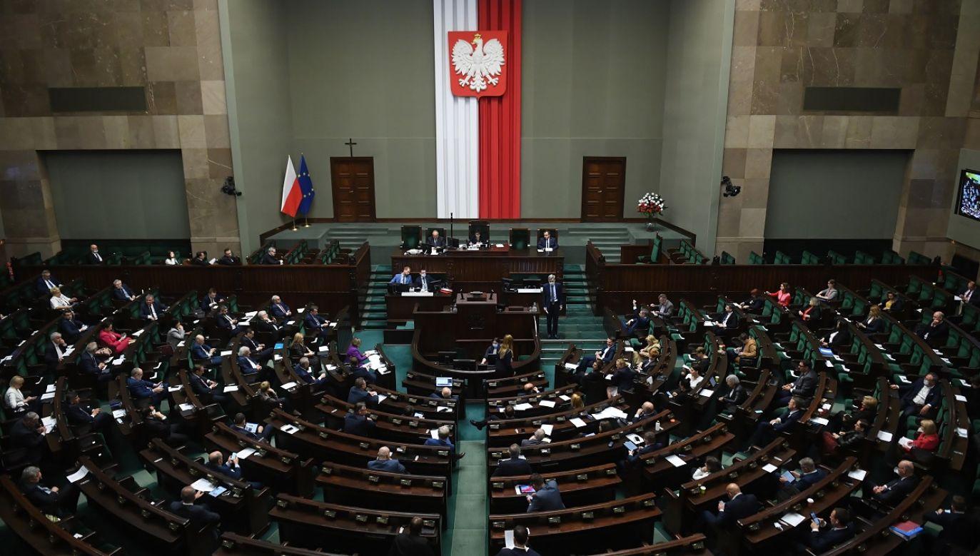 Tarcza 4.0 wydłuża do 28 czerwca 2020 r. okres, w którym przysługuje zasiłek opiekuńczy (fot. PAP/Radek Pietruszka)