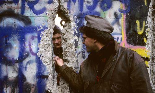 Uścisk dłoni przez Mur Berliński w 1989 roku. Fot Francois LOCHON / Gamma-Rapho via Getty Images