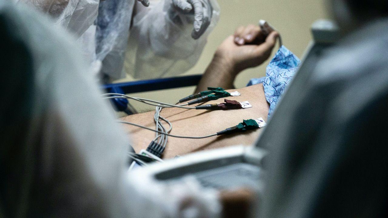 Do pacjenta trzykrotnie wzywano zespół ratownictwa medycznego (fot. PAP/EPA)