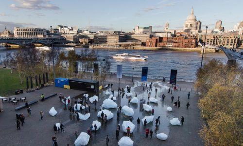 """Już w 2018 roku nad Tamizą, w okolicach Tate Modern ustawił instalację """"Ice Watch"""", ale  nie potrwała ona długo. Fot. Charlie Forgham Bailey/Studio Olafur Eliasson"""