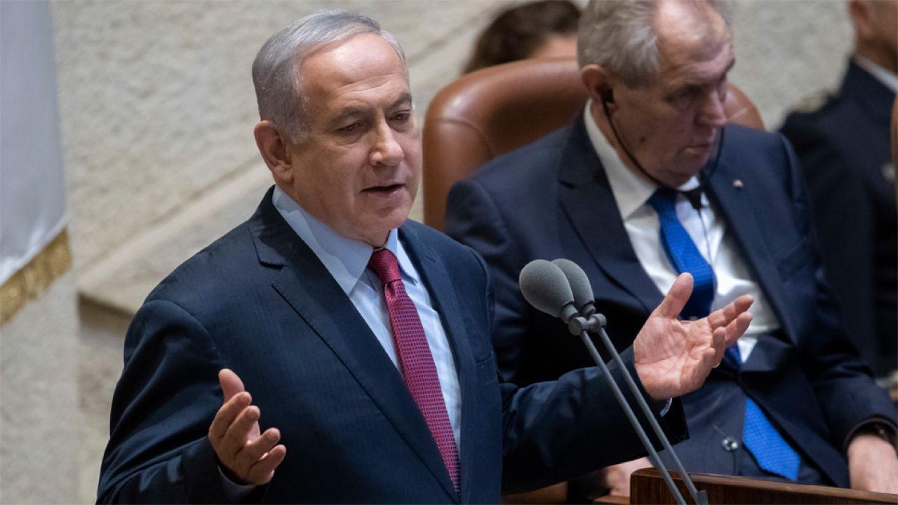 """Benjamin Netanjahu twierdzi, że pada ofiarą """"polowania na czarownice"""" (fot. PAP/EPA/JIM HOLLANDER)"""
