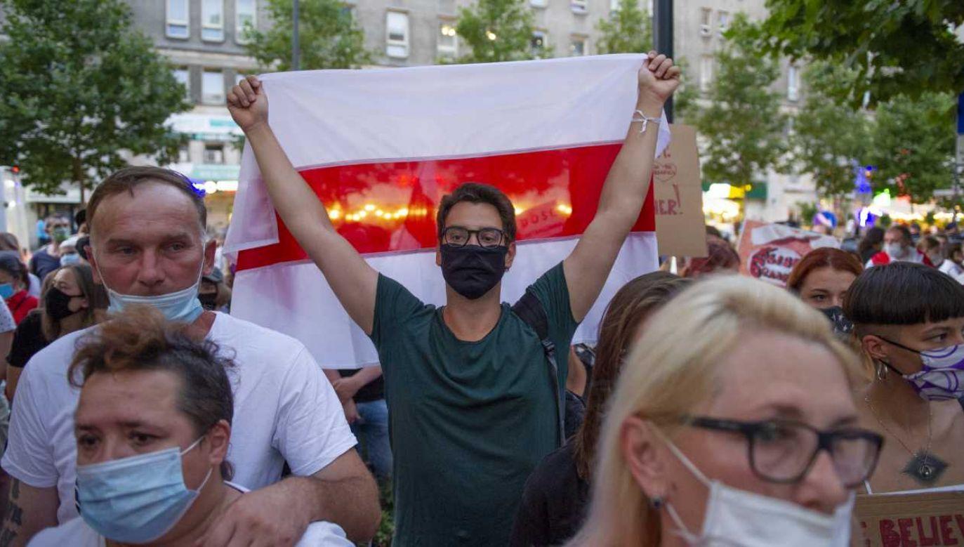 W marszu uczestniczyło kilkaset osób, które w pokojowy sposób wyraziły swoje poparcie dla zatrzymanych uczestników protestów na Białorusi (fot. Aleksander Kalka/NurPhoto via Getty Images)