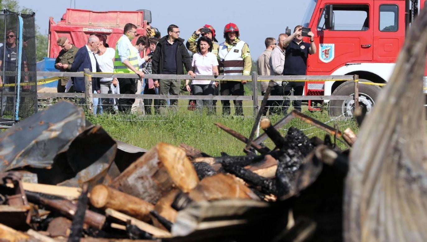 Premier Mateusz Morawiecki na miejscu pożaru we wsi Nowa Biała na Podhalu (fot. PAP/Grzegorz Momot)