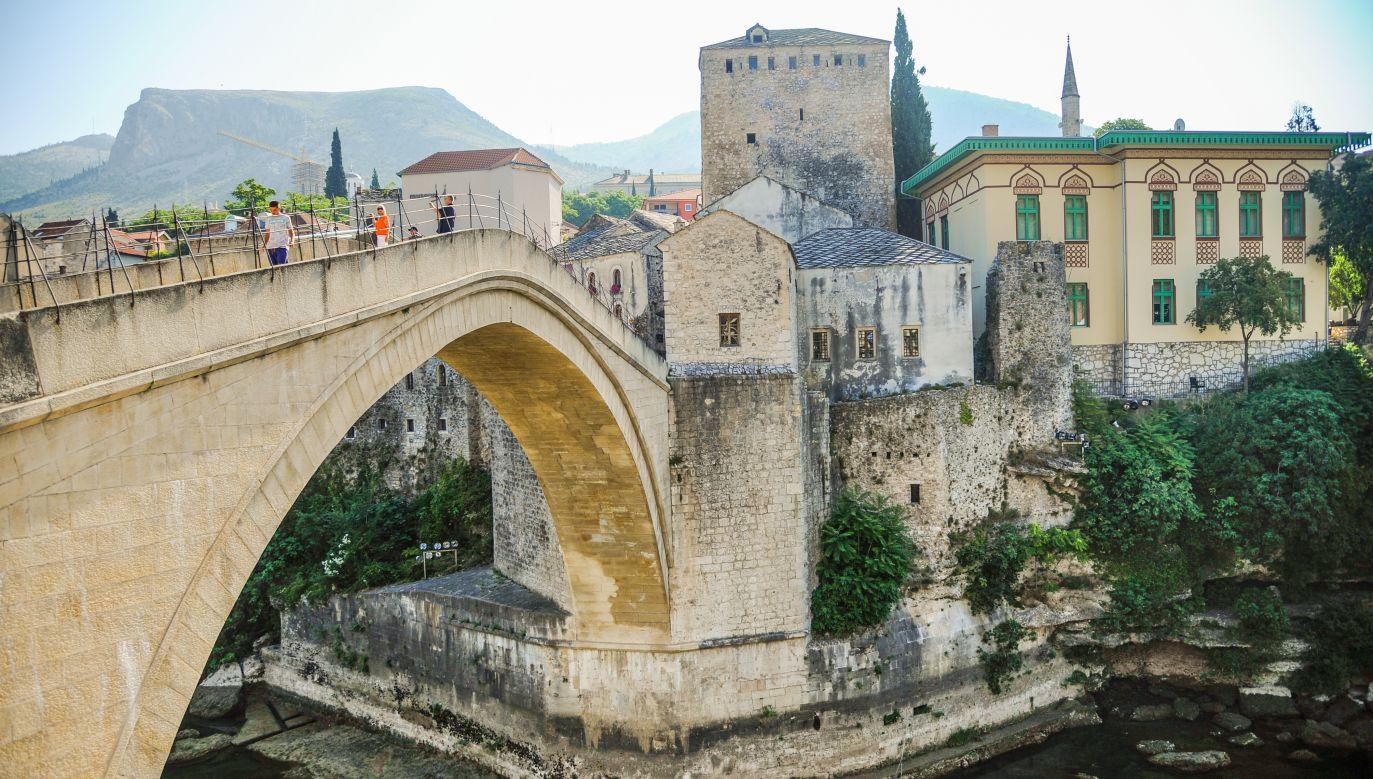 Kamienny most przewieszony nad rzeką Neretwą w mieście Mostar został zbudowany za czasów osmańskich, w drugiej połowie XVI wieku (fot. Hristo Rusev/NurPhoto/Getty Images)